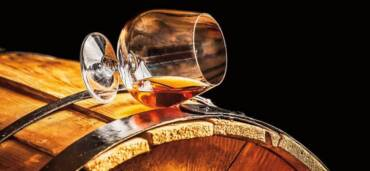 El coñac-brandy con denominación de origen, producido en la región de Francia --del mismo nombre- es creado mayormente con uva Ugni Blanc, y porciones moderadas de Colombard y Folle Blanche. Foto: Getty Images