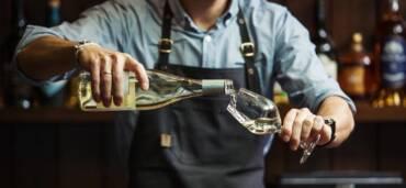 Vino blanco servido. Foto: Getty Images